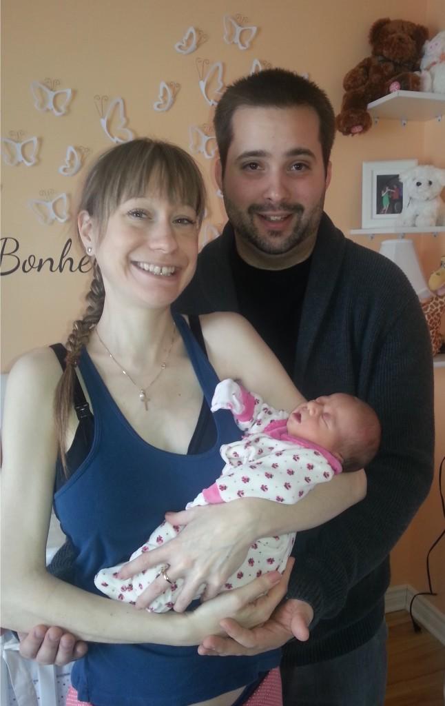 Eleanor Thiffault et ses parents Jonathan Thiffault et Janik Juneau